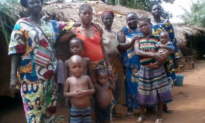 Odette mit Leuten aus Sabongo