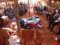 Kleiderverteilung in Sabongo