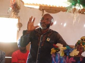 ein zufriedener Dorfchef bei seiner Ansprache